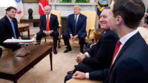 الرئيس الأمريكي دونالد ترامب يلتقي برئيس الوزراء بنيامين نتنياهو إلى جانب وزير الخارجية الأمريكي مايك بومبو (الثاني من اليمين) ومستشار البيت الأبيض جاريد كوشنر (اليمين) في المكتب البيضاوي للبيت الأبيض في واشنطن، 27 يناير 2020. (Saul Loeb/AFP)