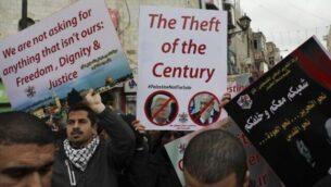 فلسطينيون يتظاهرون ضد خطة السلام الأمريكية التي طرحها الرئيس الأمريكي دونالد ترامب، في الخليل بالضفة الغربية، 30  يناير، 2020.  (Mahmoud Illean/AP)