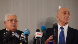 رئيس السلطة الفلسطينية محمود عباس ورئيس الوزراء الإسرائيلي السابق إيهود أولمرت يتحدثان في مؤتمر صحفي في مقر الأمم المتحدة بنيويورك، 11 فبراير 2020. (Bryan R. Smith/AFP)