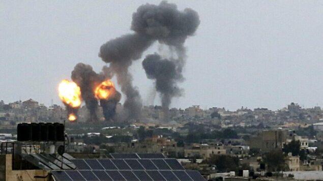 صورة تم التقاطها في 24 فبراير، 2020 تظر فيها سحابة من النيران والدخان المتصاعد جراء انفجارات في أعقاب غارة جوية إسرائيلية في خان يونس بجنوب قطاع غزة. (SAID KHATIB / AFP)