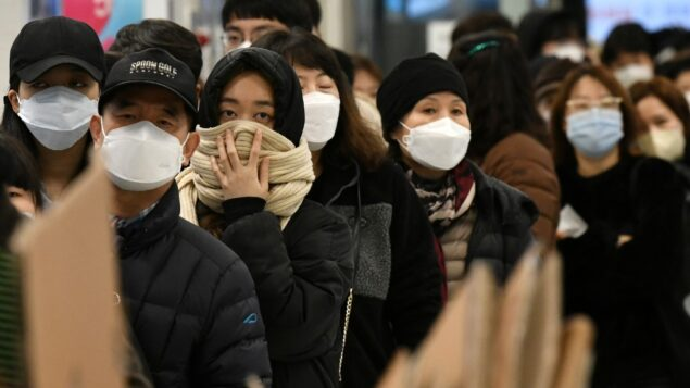 الناس ينتظرون في طابور لشراء أقنعة الوجه في متجر بيع بالتجزئة في مدينة دايجو الجنوبية الشرقية، 25 فبراير 2020. (Jung Yeon-je / AFP)
