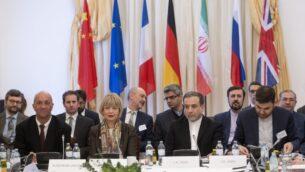 عباس عراقجي (مركز يمين)، النائب السياسي في وزارة الخارجية الإيرانية، والأمين العام لخدمة العمل الخارجي للاتحاد الأوروبي هيلغا شميد (مركز يسار) يحضران اجتماع اللجنة المشتركة حول البرنامج النووي الإيراني في بعثة الاتحاد الأوروبي إلى مكتب المنظمات الدولية في فيينا، النمسا، 26 فبراير 2020 (JOE KLAMAR / AFP)