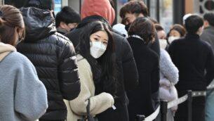 سكان يصطفون لشراء أقنعة في دايغو في كوريا الجنوبية، 27 فبراير 2020 (JUNG YEON-JE / AFP)