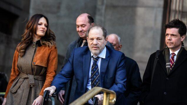 المنتج الهوليوودي هارفي واينستين يغادر محاكمة الاعتداء الجنسي في محكمة نيويورك الجنائية مع محاميته دونا روتونو، اليسار، في مدينة نيويورك، 14 فبراير 2020. (Stephanie Keith/Getty Images/AFP)
