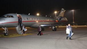 راكبة تم إجلائها من سفينة سياحية في الحجر الصحي في اليابان وهي تلوح اثناء مغادرتها الطائرة بعد وصولها إلى إسرائيل، 21 فبراير 2020. (Courtesy: MDA)