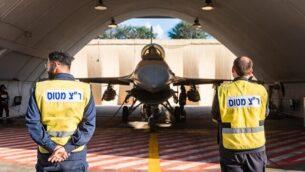 طائرة 'اف-16' لحقت بها أضرار جراء فيضانات خلال عاصفة وقعت في شهر يناير في حظيرة طائرات بعد إعادتها إلى الخدمة في صورة غير مؤرخة تم نشرهل في 2  فبراير، 2020.   (Israel Defense Forces)