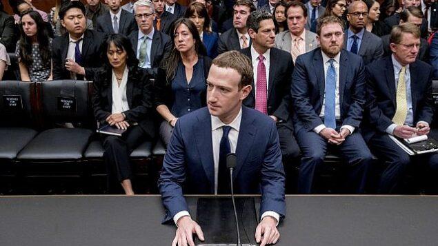 الرئيس التنفيذي لشركة فيسبوك مارك زوكربرغ أثناء الإدلاء بشهادته أمام جلسة استماع مشتركة للجان التجارة والقضاء في الكابيتول هيل في واشنطن، الثلاثاء، 10 أبريل 2018، حول استخدام بيانات فيسبوك لاستهداف الناخبين الأمريكيين في انتخابات عام 2016. (AP Photo/Andrew Harnik)