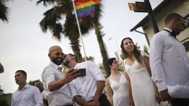 ازواج مثليون يتهيؤون لزواج مثلي في تل أبيب، 4 يونيو 2019 (AP/Oded Balilty)