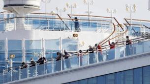 المسافرين على متن سفينة 'دايموند برينسس' السياحية الراسية في ميناء يوكوهوما بالقرب من اليابان، 12 فبراير، 2020. (Yuta Omori/Kyodo News via AP)
