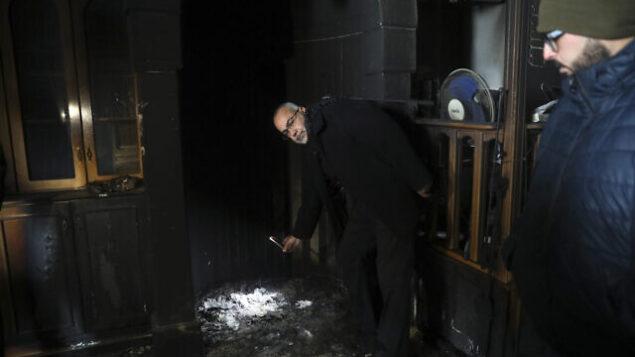 فلسطينيون يزورن مسجدا تعرض لهجوم حرق عمد في حي شعفاط بالقدس الشرقية في 24 يناير، 2020.  (AP Photo/Mahmoud Illean)