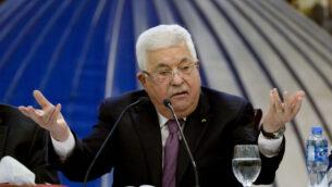 رئيس السلطة الفلسطينية محمود عباس يتحدث خلال اجتماع للقيادة الفلسطينية في مدينة رام الله بالضفة الغربية، 22 يناير،  2020.  (Majdi Mohammed/AP)