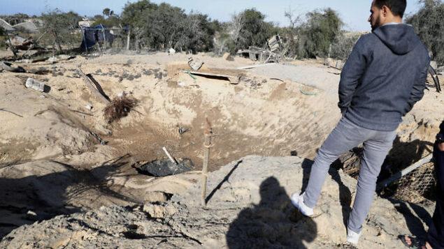أحد سكان غزة يتفقد حفرة في أعقاب غارات جوية إسرائيلية في مدينة رفح بجنوب قطاع غزة، 31 يناير، 2020.  (AP/Adel Hana)