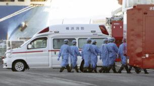 أفراد من قوات الدفاع الذات اليابانية يدخلون  السفينة السياحية 'دايموند برينسس'، في ميناء يوكوهاما، فبراير 2020، في يوكوهاما، اليابان (AP Photo / Eugene Hoshiko)