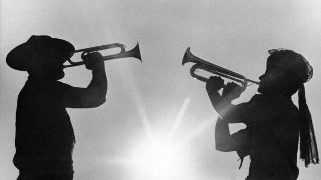 صورة ارشيف: اثنان من أعضاء الكشافة الصغار يعزفان البوق في لعبة المخيم الكشفي العالمي الثاني عشر في حديقة فراجوت ستيت بولاية أيداهو، 9 أغسطس 1967 (AP Photo/Jack Kanthal, File)