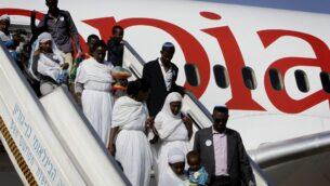 افراد مجتمع الفلاشا الاثيوبي يصلون إلى مطار بن غوريون، خارج تل أبيب، 28 أغسطس 2013. (Miriam Alster / Flash90)
