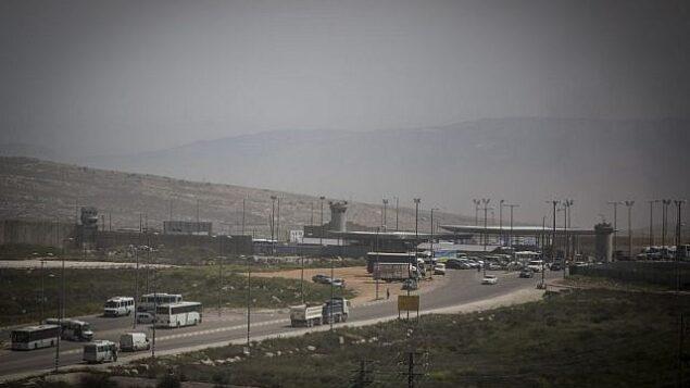 حاجز قلنديا بالقرب من منطقة عطارون الصناعية، بين القدس الشرقية والضفة الغربية، 7 أبريل، 2015. (Hadas Parush/Flash90)