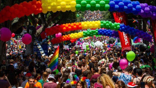 اشخاص يشاركون في موكب الفخر السنوي في تل أبيب، 14 يونيو 2019 (Flash90)