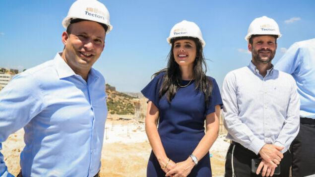 من اليسار إلى اليمين:نفتالي بينيت، ايليت شاكيد، وبتسلئيل سموتريتش في حدث انتخابي في مستوطنة الكانا بالضفة الغربية، 21 أغسطس 2019. (Ben Dori / Flash90)