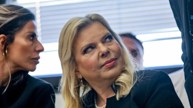سارة نتنياهو، زوجة رئيس الوزراء بنيامين نتنياهو، تصل إلى المحكمة لحضور جلسة في محكمة العمل في لواء القدس، في قضية شيرا رابان، العاملة السابقة في مقر إقامة رئيس الوزراء، 23 ديسمبر، 2019. (Yonatan SIndel/FLASH90)