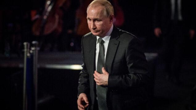 الرئيس الروسي فلاديمير بوتين، خلال مراسم وضع إكليل الزهور في المنتدى العالمي الخامس للمحرقة في متحف ياد فاشيم التذكاري للمحرقة في القدس، 23 يناير 2020. (Yonatan Sindel / FLASH90)