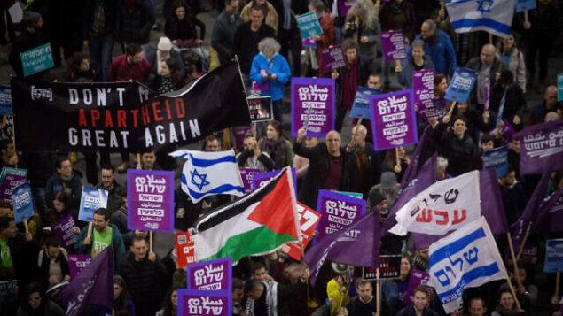 نشطاء من اليسار  يتظاهرون ضد الخطة الأمريكية للسلام في تل أبيب، 1 فبراير، 2020. (Miriam Alster/Flash90)