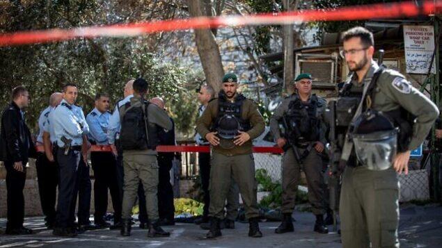 الشرطة في موقع هجوم وقع بالقرب من باب الأسباط بالبلدة القديمة في القدس وأصيب فيه شرطي بجروح طفيفة، وتم تحييد منفذ الهجوم، 6 فبراير، 2020.  (Olivier Fitoussi/Flash90)
