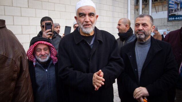 الشيخ رائد صلاح، زعيم الفرع الشمالي للحركة الإسلامية في إسرائيل، يصل إلى الحكمة في حيفا،  10 فبراير، 2020.  (Flash90)