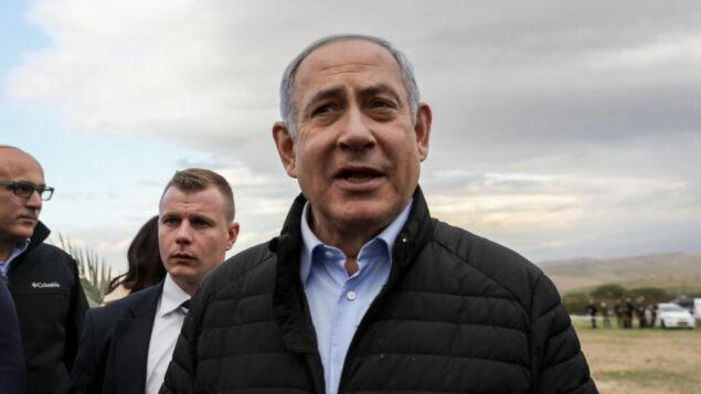 رئيس الوزراء بنامين نتنياهو يغرس شجرة في حدث بمناسبة عيد 'طو بيشفاط' اليهودي في مستوطنة ميفؤوت يريحو، في غور الأردن، 10 فبراير، 2020.   (Flash90)
