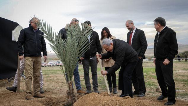رئيس الوزراء بنيامين نتنياهو يزرع شجرة خلال حدث بمناسبة عيد طو بشباط، في مستوطنة ميفوت يريحو بالضفة الغربية، في غور الأردن، 10 فبراير 2020. (Flash90)