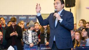 المرشح الرئاسي الديمقراطي أندرو يانغ يتحدث في قاعة بلدية في هوبكينتون، نيو هامبشاير، 9 فبراير 2020. (Scott Eisen/Getty Images via JTA)