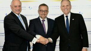 المسؤولين في منظمة 'مؤتمر الرؤساء' مالكولم هونلين (يسار) وآرثر ستارك (وسط) وويليام داروف في مؤتمر صحفي بالقدس، 16 فبراير، 2020.  (Avi Hayoun)
