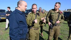 وزير الدفاع نفتالي بينيت (يسار) يتحدث مع رئيس هيئة الأركان العامة للجيش الإسرائيلي، أفيف كوخافي (يمين)، وقائد الفرقة  36 في المنطقة الشمالية، البريغادير جنرال آفي غيل، في هضبة الجولان، 18 ديسمبر، 2019.(Ariel Hermoni/Defense Ministry)