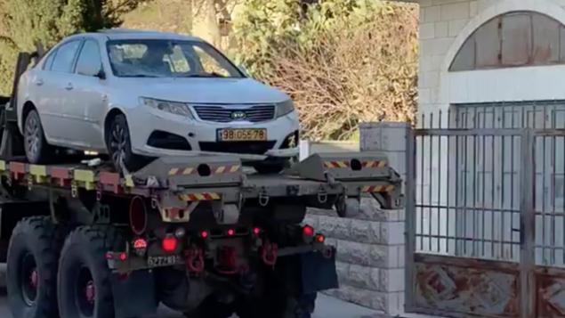 القوات الإسرائيلية تصادر مركبة في بلدة بيت جالا بالضفة الغربية تم استخدامها في هجوم دهس ضد مجموعة من الجنود الإسرائيليين في وقت سابق من اليوم، 6 فبراير، 2020.(Screen capture)