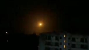 إطلاق صواريخ سورية مضادة للطائرات بالقرب من دمشق خلال هجوم على هدف بالقرب من العاصمة السورية في 13 فبراير، 2020. (Screen capture: social media)