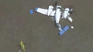 إحدى الطائرتين الصغيرتين اللتين تحطمتا جراء تصادمهما في 19 فبراير،  في مانغالور، شمال ملبورن، أستراليا. (Screenshot: Twitter)