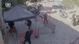 مسلح من مواطني إسرائيل العرب يفتح النار على شرطيين في القدس في لقطات نشرتها الشرطة الإسرائيلية، 6 فبراير، 2020.  (Screenshot/Israel police)