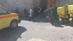مسعفون يصلون إلى موقع عملية طعن مفترضة في البلدة القديمة بالقدس، 6 فبراير، 2020. (Magen David Adom)