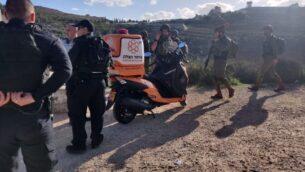 مسعفون وقوات الأمن في ساحة هجوم إطلاق نار على الطريق السريع خارج مستوطنة دوليف في وسط الضفة الغربية، 6 فبراير 2020. (United Hatzalah)
