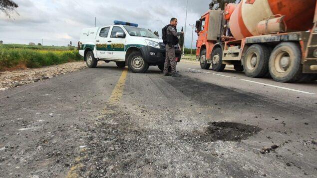 قذيفة هاون أطلقت من قطاع غزة تسببت بأضرار في أحد الطرق في جنوب إسرائيل، 23 فبراير 2020. (Israel Police)