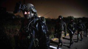 القوات الإسرائيلية تبحث عن مسلح فلسطيني أطلق النار على جنود إسرائيليين، مما أدى إلى إصابة أحدهم، في وسط الضفة الغربية، فبراير 2020. (Israel Defense Forces)