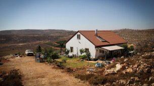 منزل لأحد المستوطنين في بؤرة إيش كويش الاستيطانية بالضفة الغربية، 20 يولي، 2015. ( Garrett Mills/Flash 90)