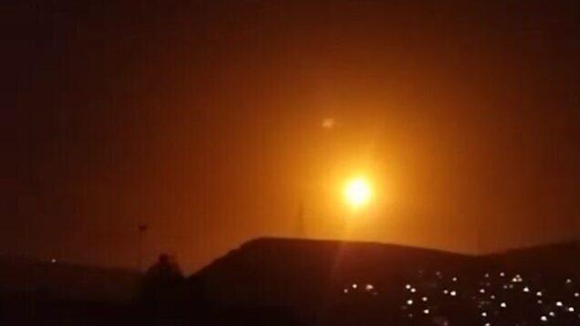 انفجارات في سماء دمشق أثناء استخدام الجيش السوري لأسلحة مضادة للطائرات على صواريخ قادمة خلال هجوم نُسب لإسرائيل، 6 فبراير، 2020.  (SANA)