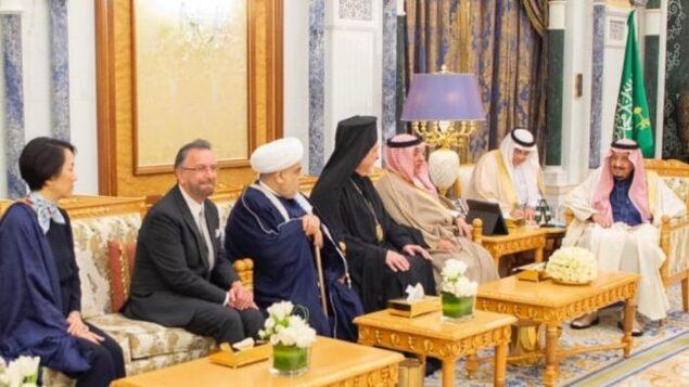 الحاخام ديفيد روزن، الثاني من اليسار، يجتمع مع العاهل السعودي سلمان في القصر الملكي في الرياض، فبراير 2020 (courtesy KAICIID)