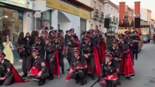 كوكب كرنفال في بلدة كامبو دي كريبتانا يرتدي المشاركون فيه ثيابا شبيه بالزي النازي والزي الذي ارتداه أسرى معسكرات الاعتقال النازية، في فبراير 2020. (YouTube screenshot via JTA)