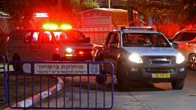 توضيحية: سيارة إسعاف، تنقل سيدة إسرائيلية عادت من إيطاليا وظهرت عليها أعراض فيروس كورونا، تصل إلى وحدة الأمراض المعدية في المركز الطبي 'شيبا' في تل هشومير، 28 فبراير، 2020. (Jack Guez/AFP)
