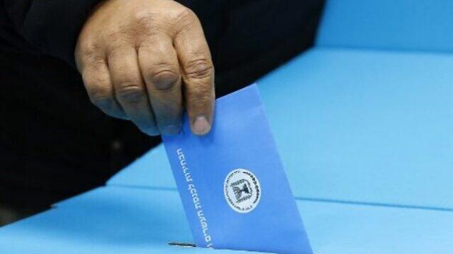 رجل إسرائيلي يدلي بصوته في مركز اقتراع في روش هاعين، 2 مارس 2020 (Jack GUEZ / AFP)