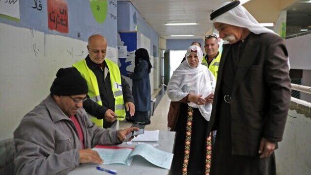 مواطنون إسرائيليون عرب يدلون بأصواتهم خلال الانتخابات البرلمانية في مدينة رهط البدوية بالقرب من مدينة بئر السبع، في جنوب البلاد، 2 مارس،  2020.  (Hazem Bader/AFP)