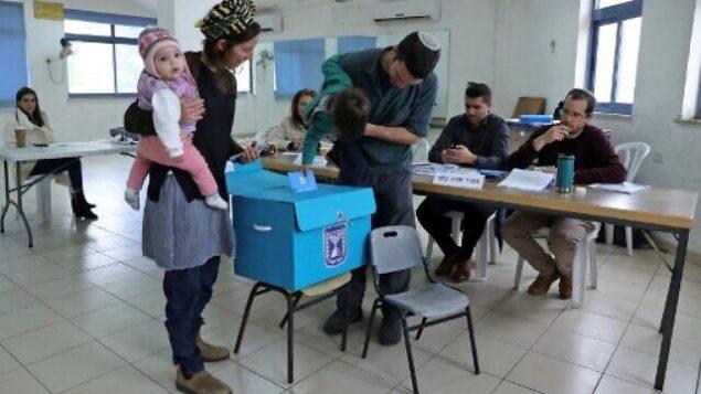إسرائيليون يصوتون خلال الانتخابات البرلمانية في مركز اقتراع في مستوطنة نوكديم بالضفة الغربية، 2 مارس 2020 (GALI TIBBON / AFP)