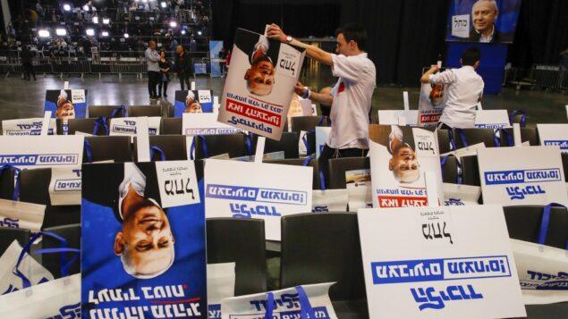 متطوعون يصنفون ملصقات انتخابية تحمل صورة رئيس الوزراء بنيامين نتنياهو، في مقر الحملة الانتخابية لحزب الليكود في تل أبيب، 2 مارس 2020. (Jack GUEZ / AFP)
