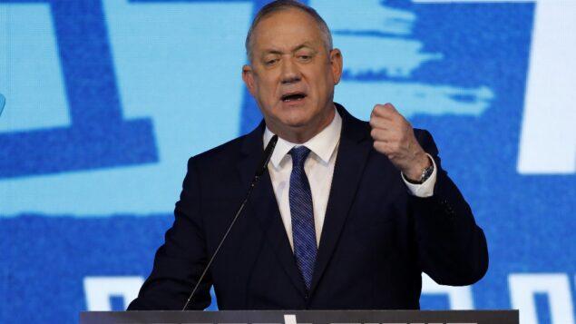 بيني غانتس، زعيم حزب 'أزرق أبيض'، يخاطب المؤيدين في مقر الحزب في مدينة تل أبيب الساحلية، 3 مارس 2020 (MENAHEM KAHANA / AFP)